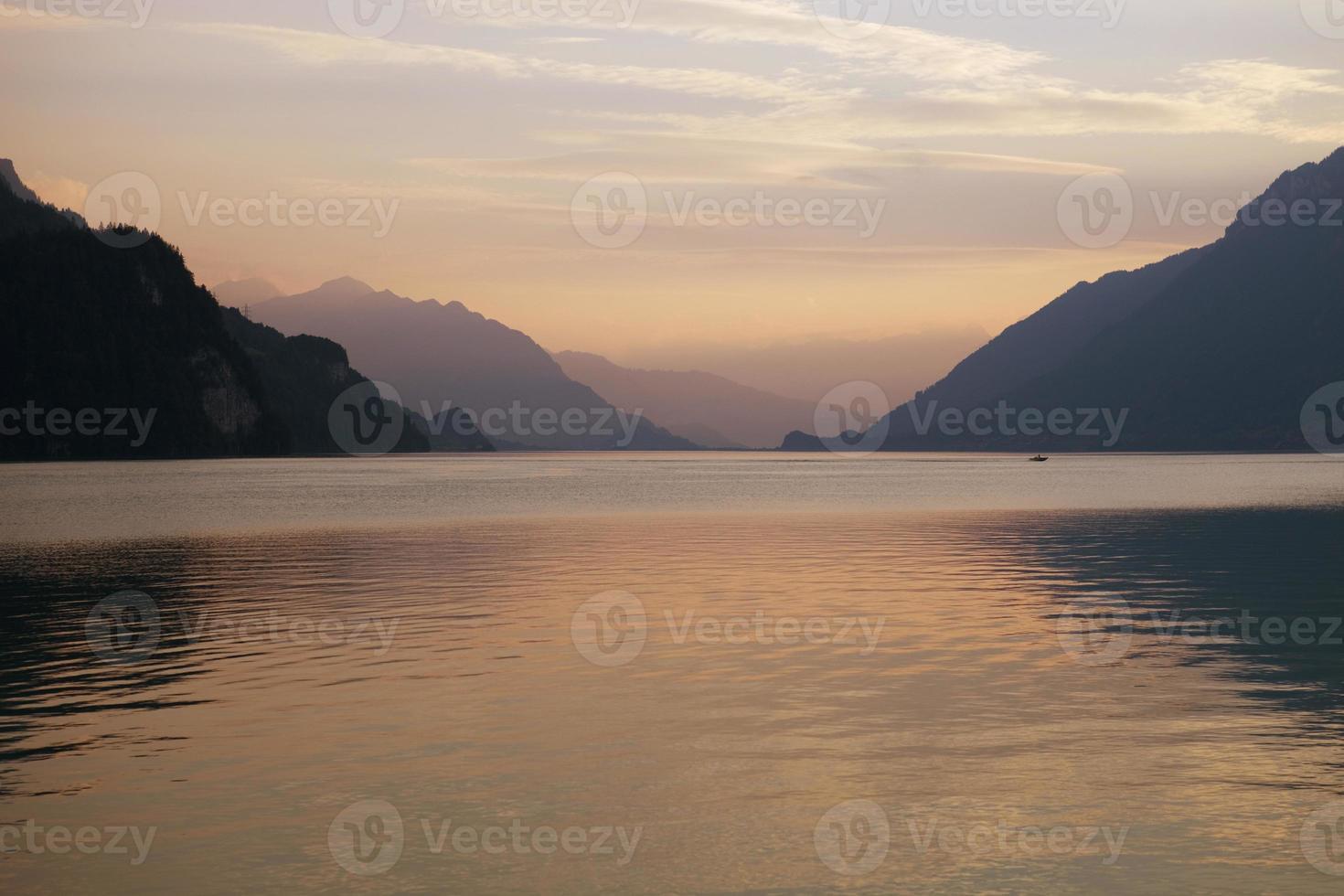 pôr do sol no lago suíço foto