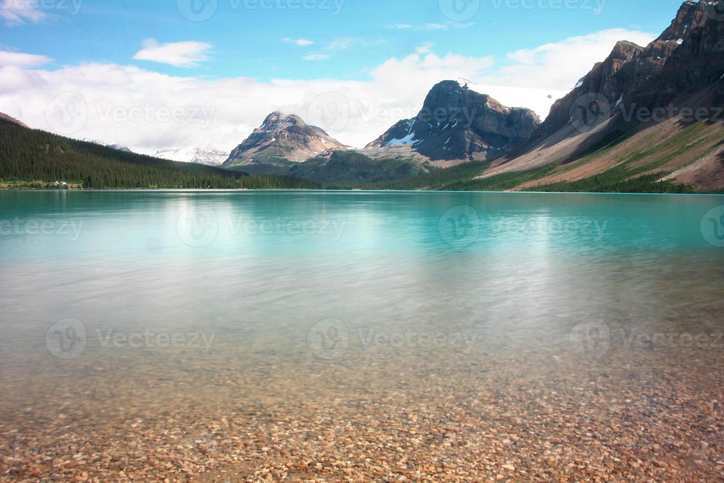 lago e montanhas foto