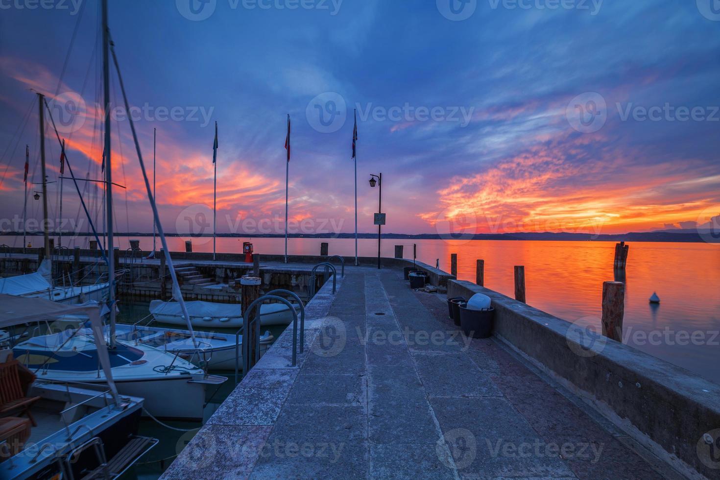 porto climático em sirmione, no lago de garda foto