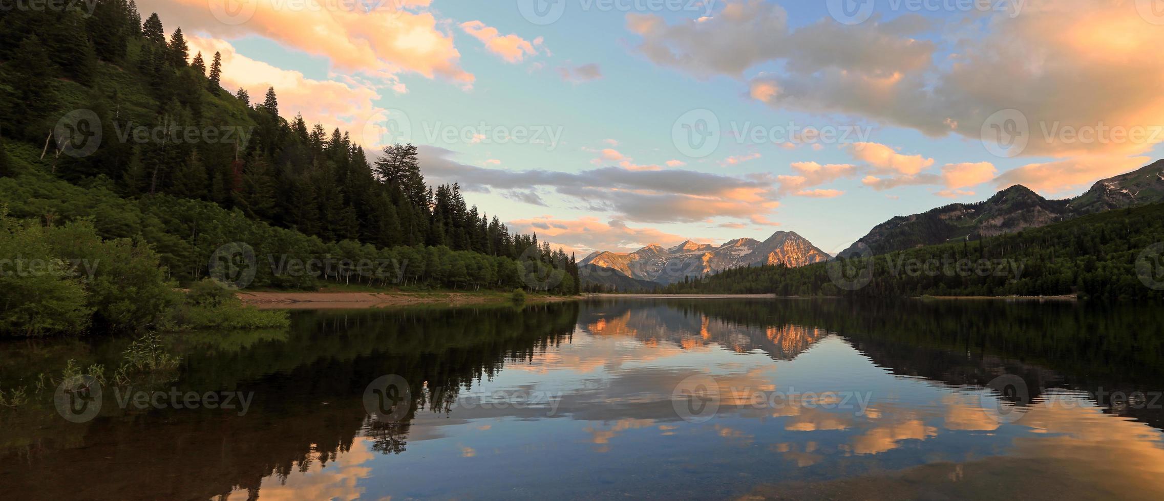 pôr do sol no lago prateado foto