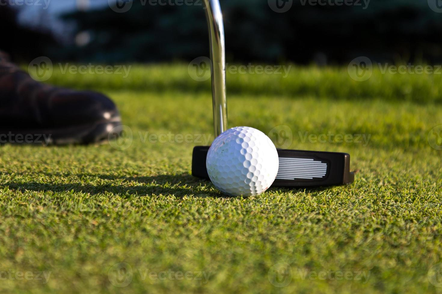 jogador de golfe colocando no verde foto