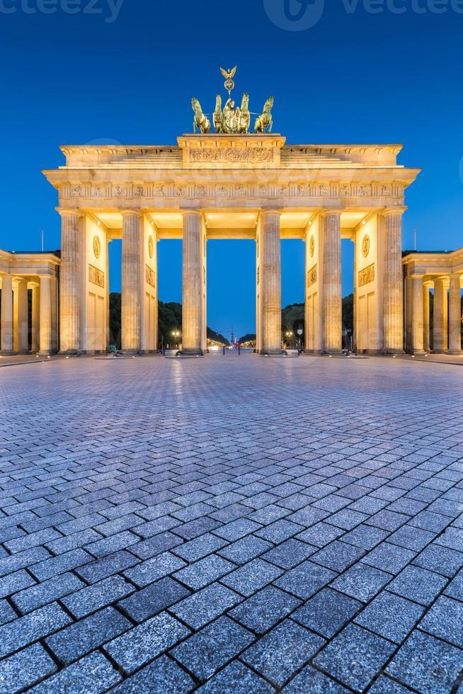 portão de brandemburgo no crepúsculo ao amanhecer, berlim, alemanha foto