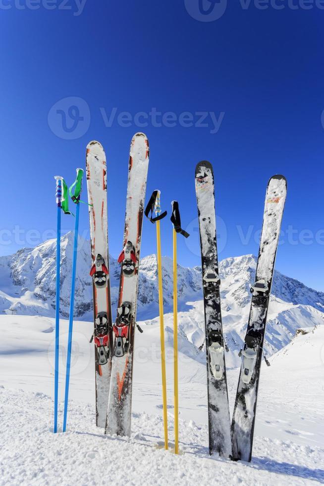 equipamentos de esqui na neve foto