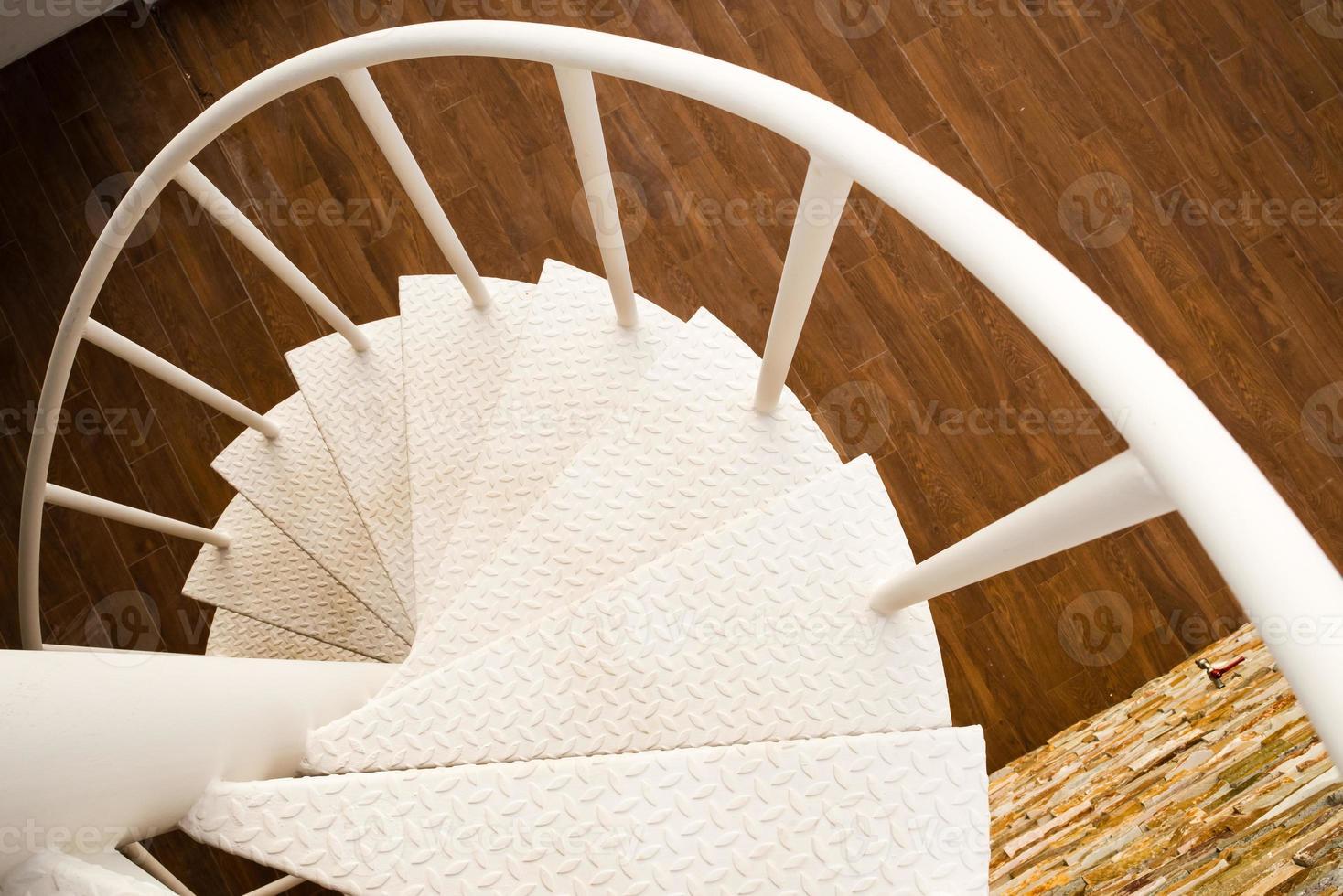 escada em espiral branca foto