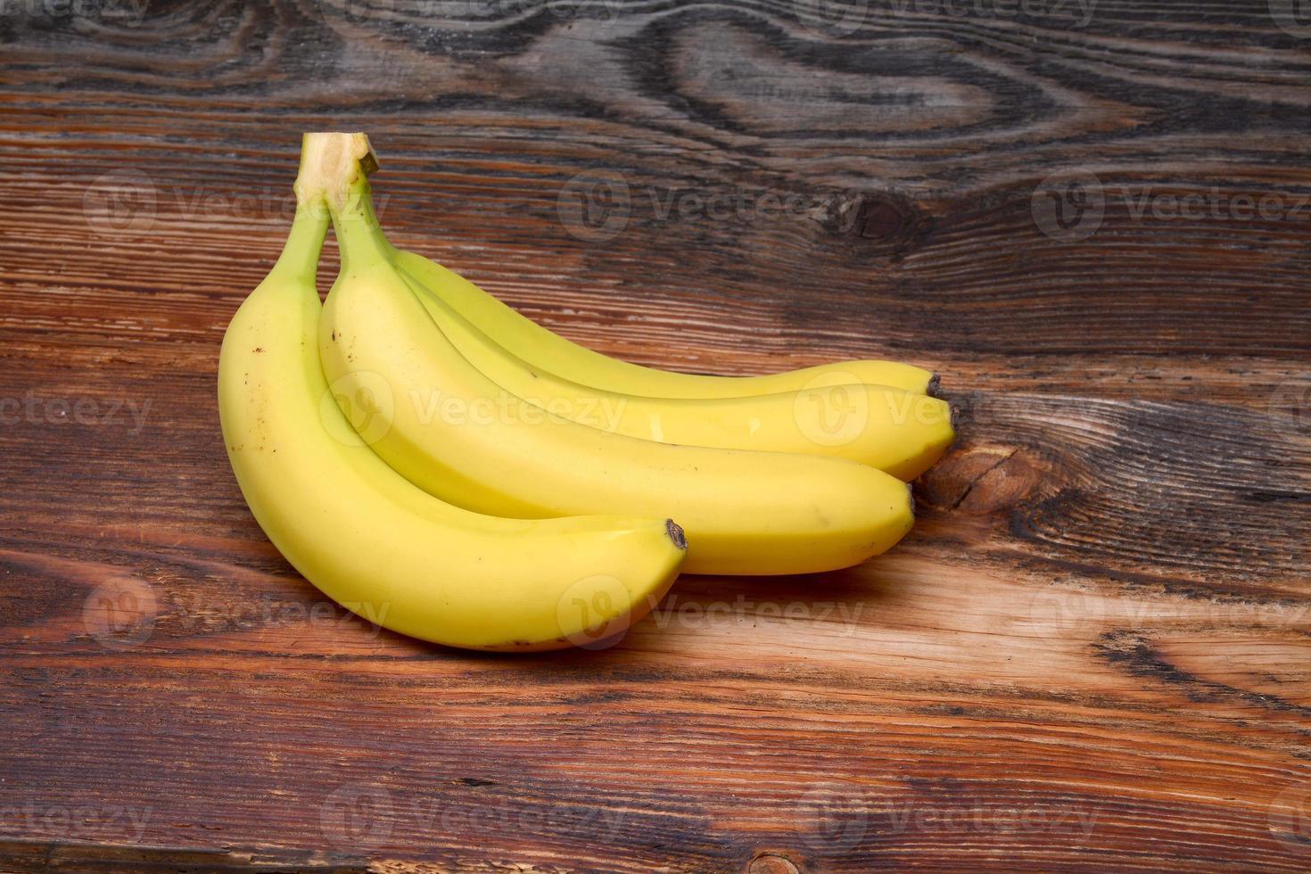 bananas no fundo de madeira foto
