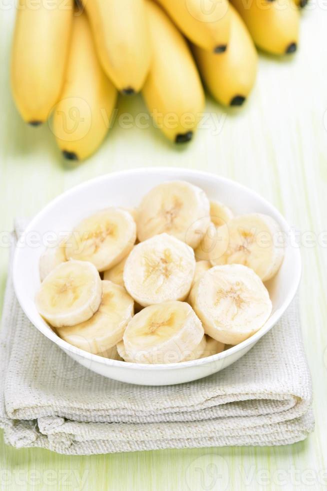 fatias de banana em uma tigela foto