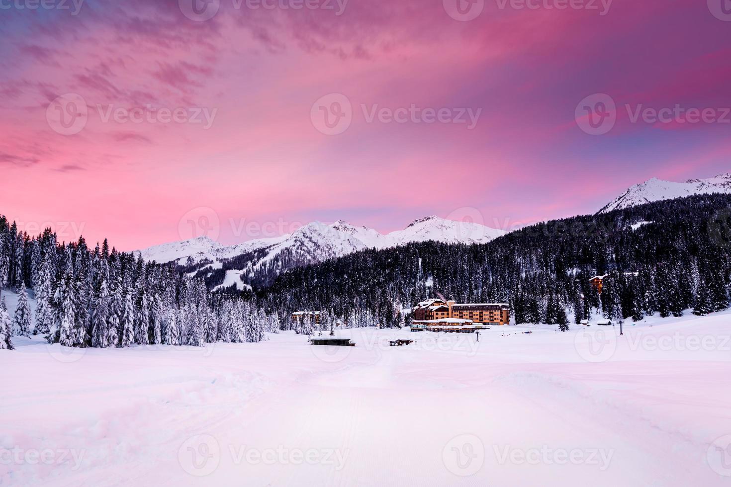 belo nascer do sol na estação de esqui de madonna di campiglio foto