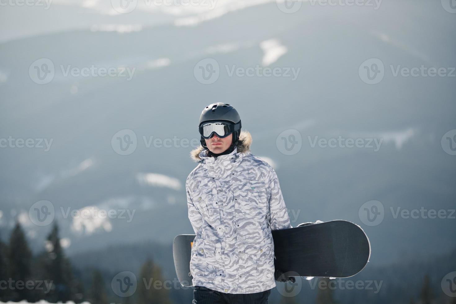 snowboarder contra o sol e o céu foto