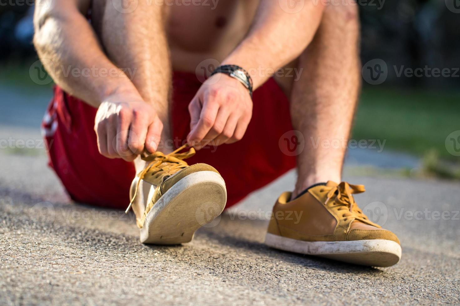 corredor amarrando sapatos foto