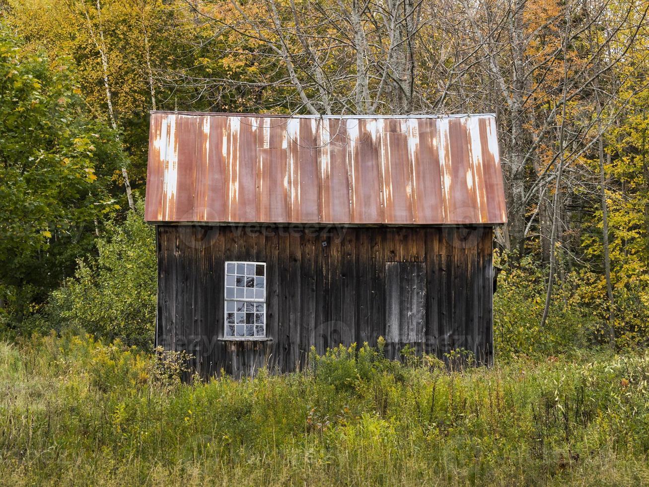 cabana de madeira velha com duas aberturas de janela foto