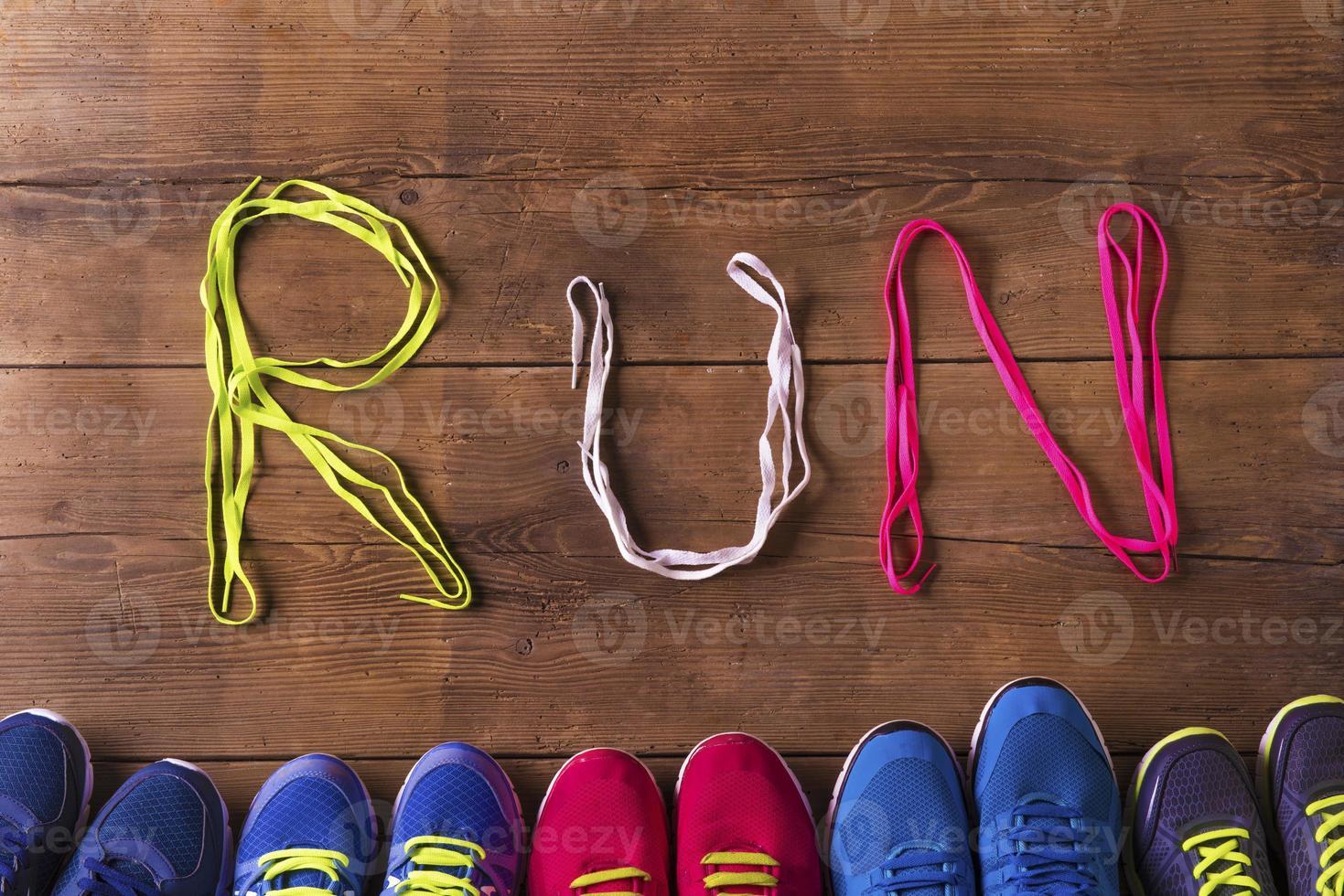 tênis de corrida no chão foto