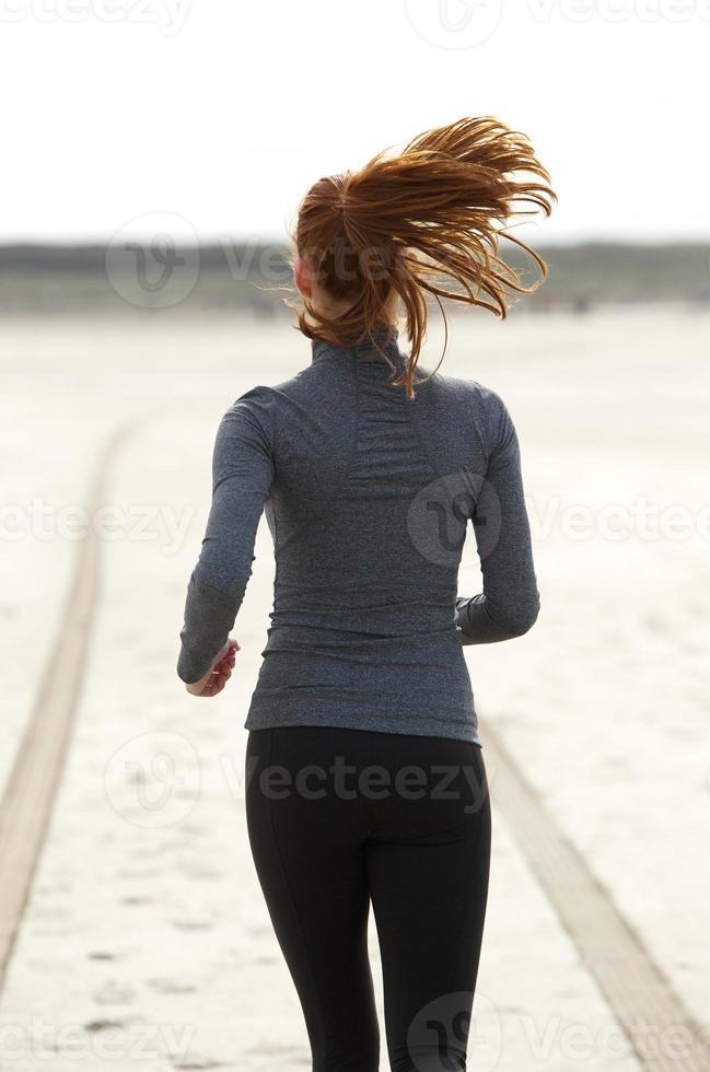vista traseira jovem correndo foto