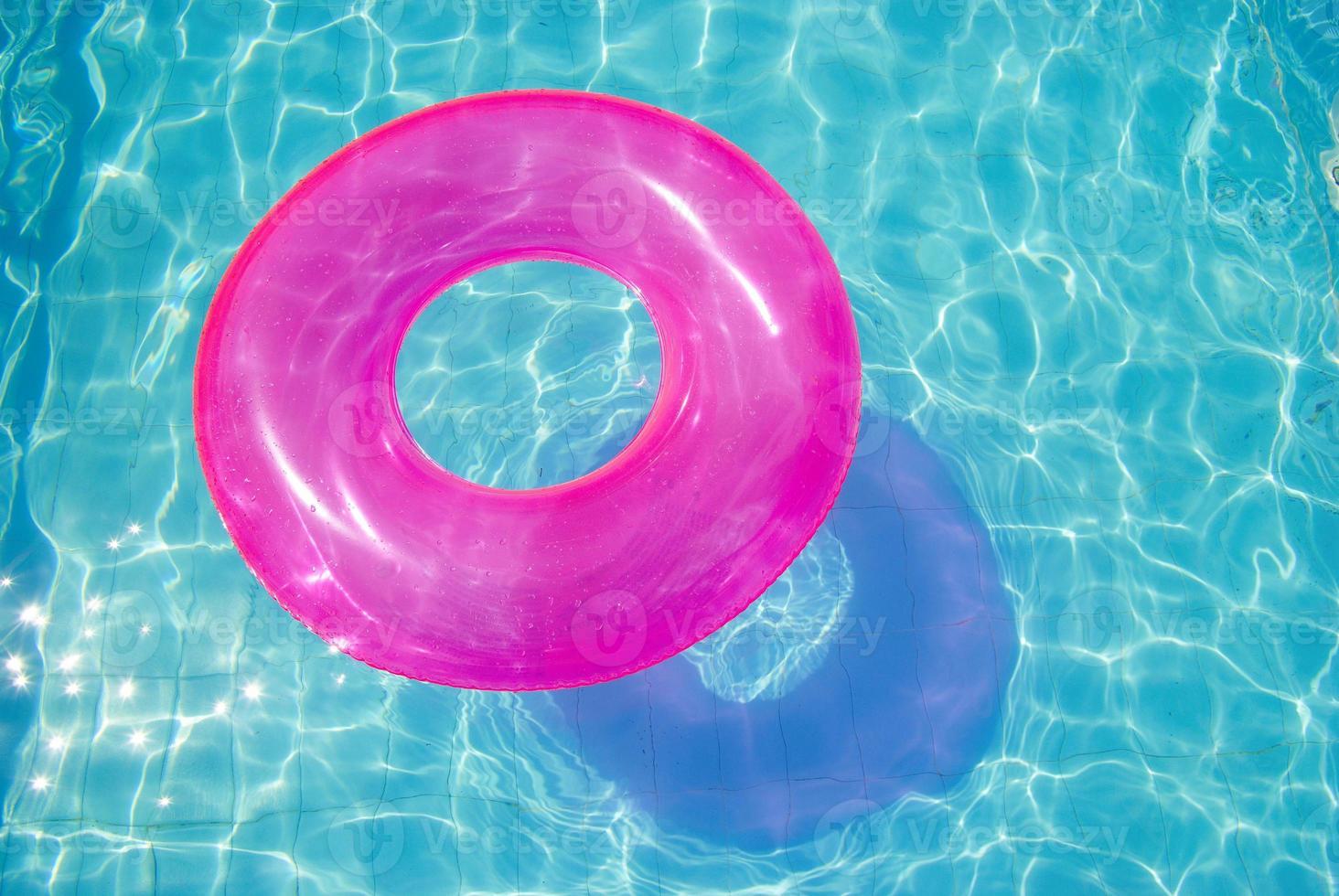 anel de borracha na piscina foto