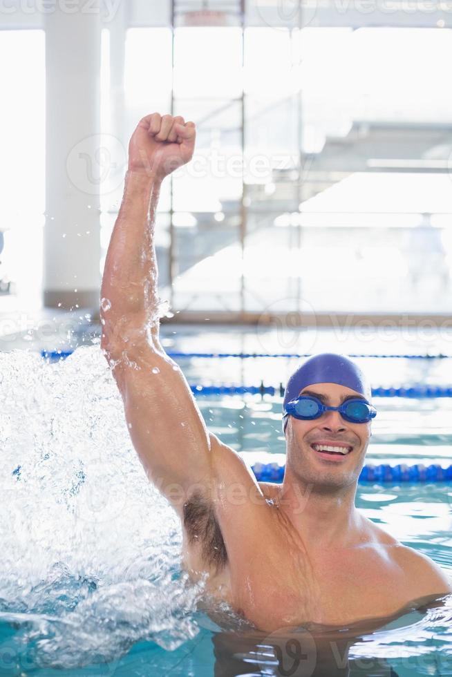 apto nadador torcendo na piscina no centro de lazer foto