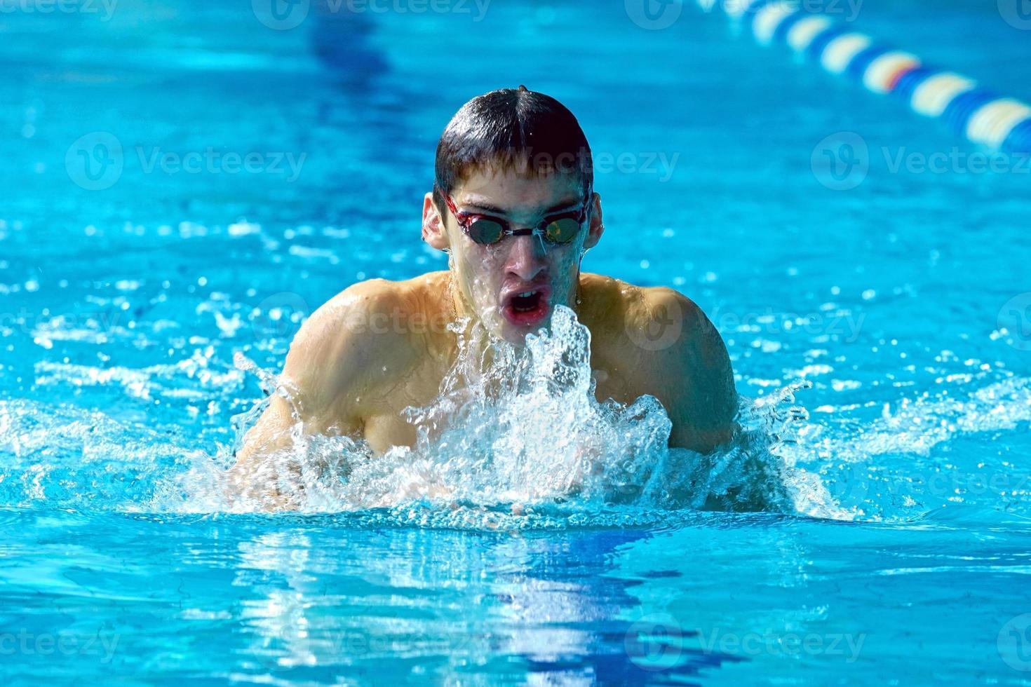 nadador na piscina de água nadar um estilo de natação foto