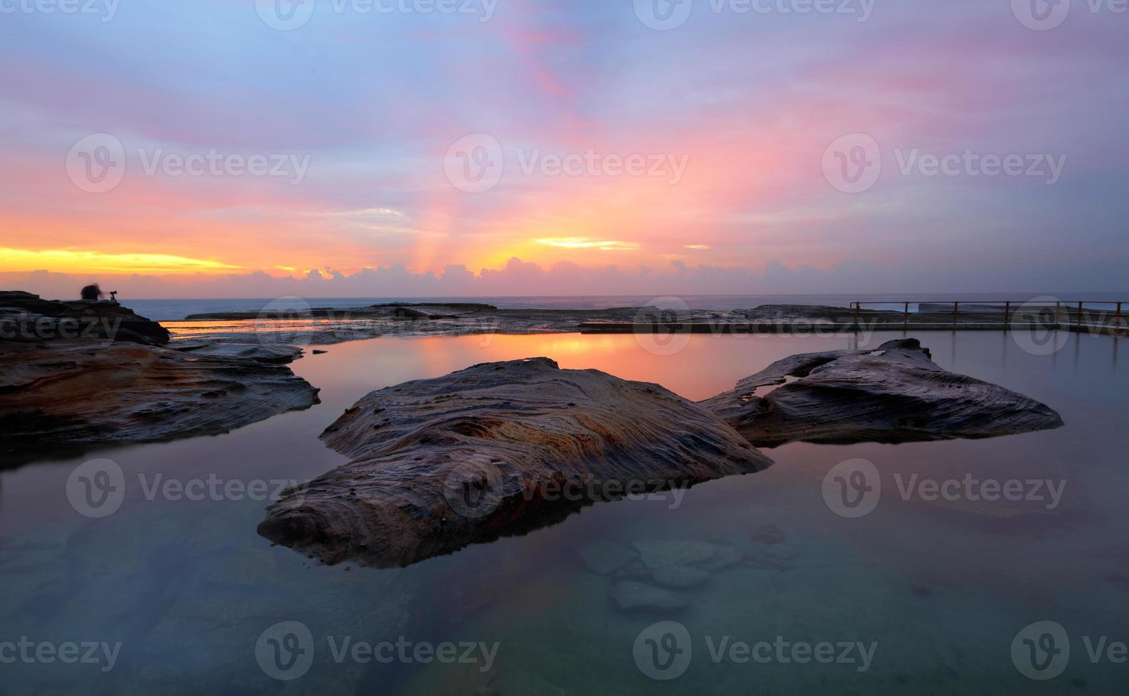 enrolar enrolar rocha piscina relfections do nascer do sol foto