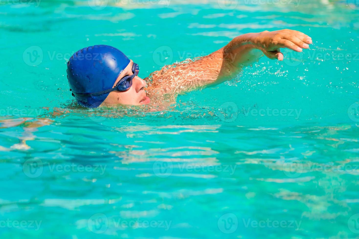 jovem macho envolvido em esportes natação foto
