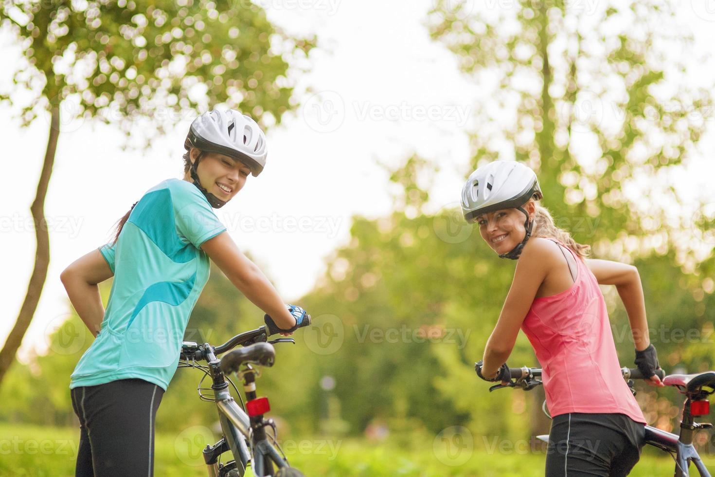 dois ciclistas caucasianos femininos foto