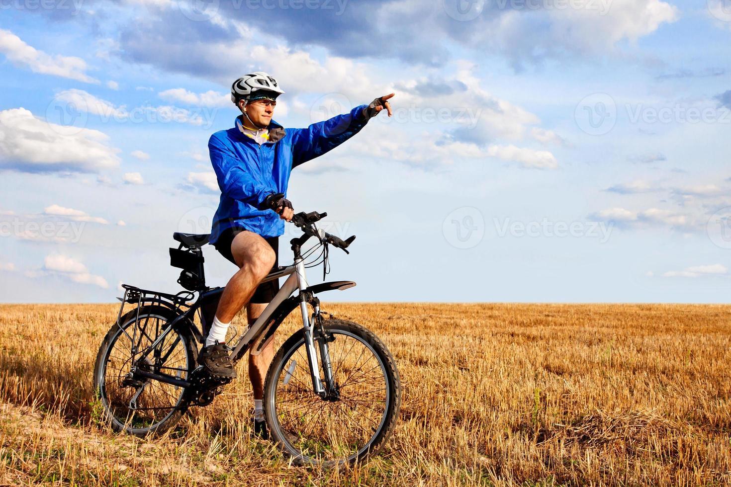 motociclista da montanha no campo foto