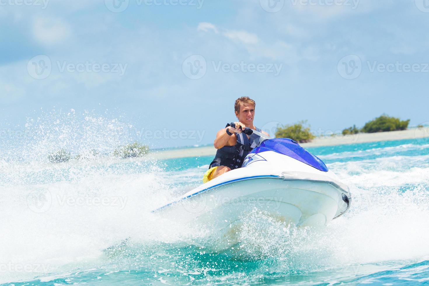 homem no jet ski foto