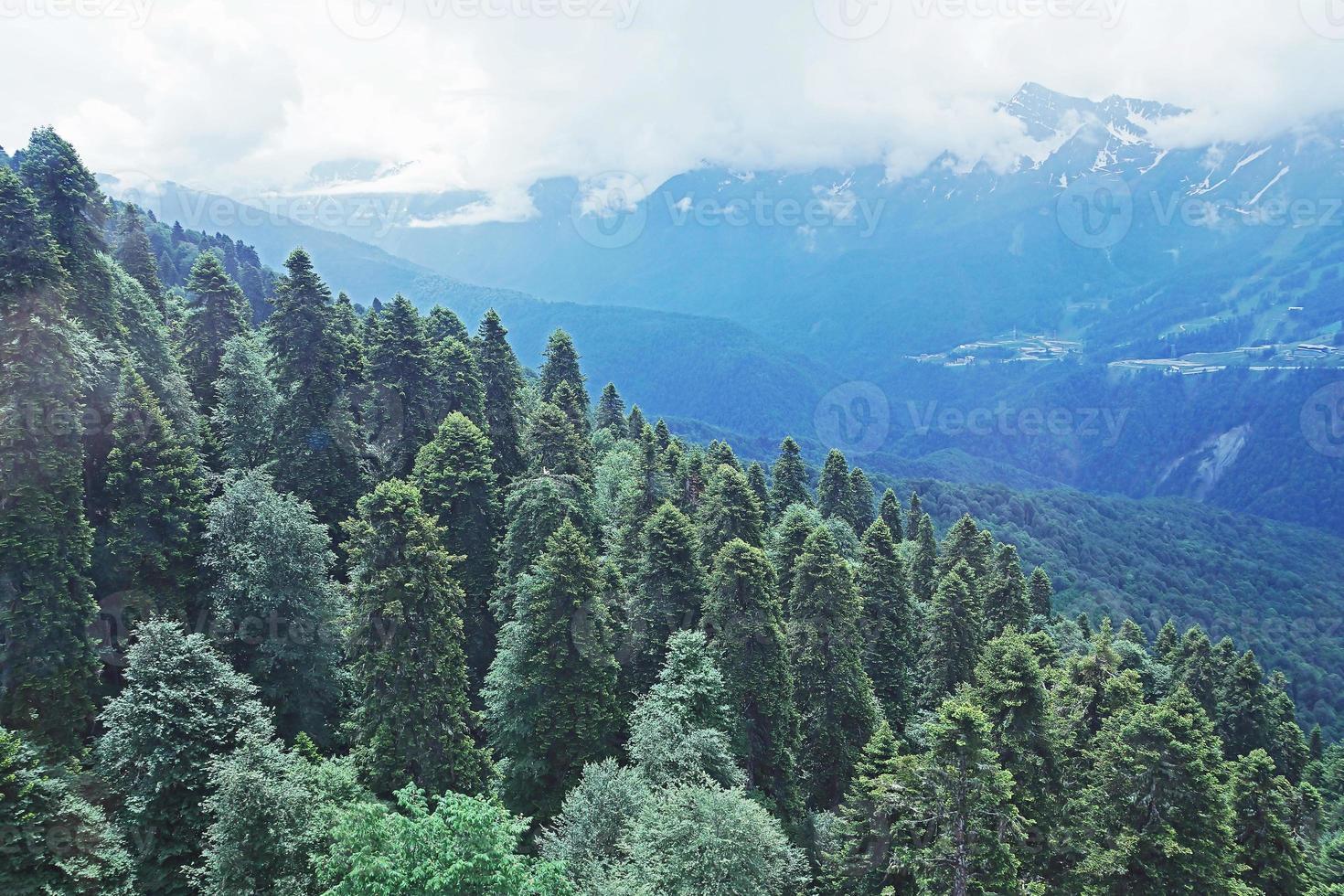 vista de cima para os arredores estância de esqui krasnaya polyana, rússia foto