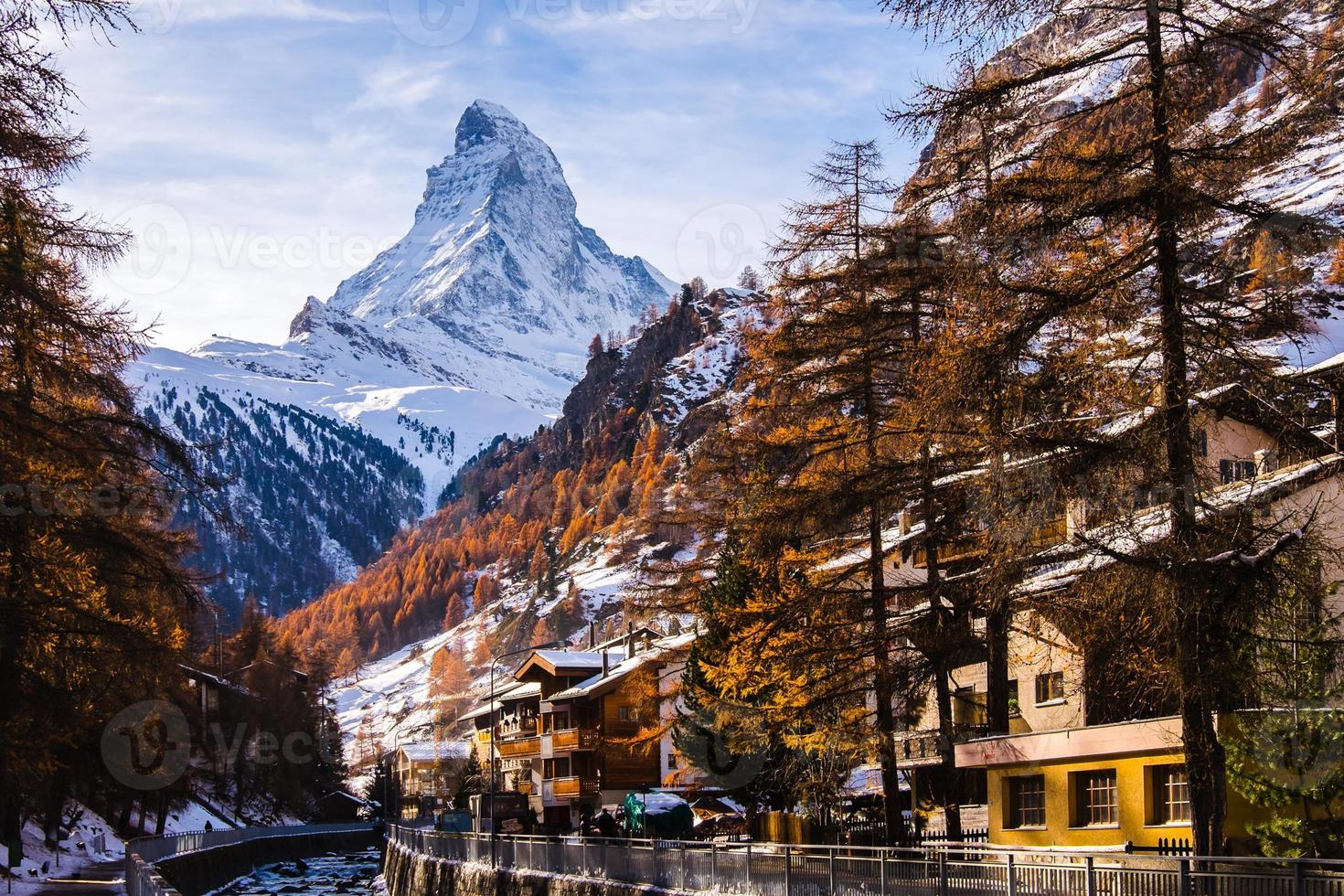 incrível matterhorn com cidade de zermatt, suíça foto