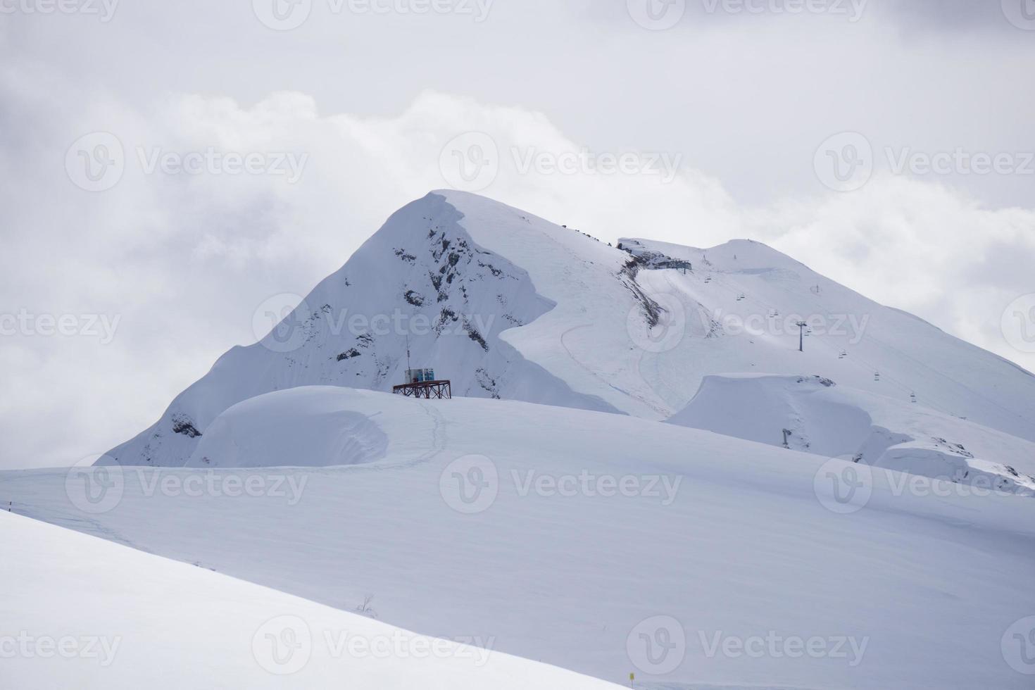 paisagem de montanha nublada de krasnaya polyana, rússia foto
