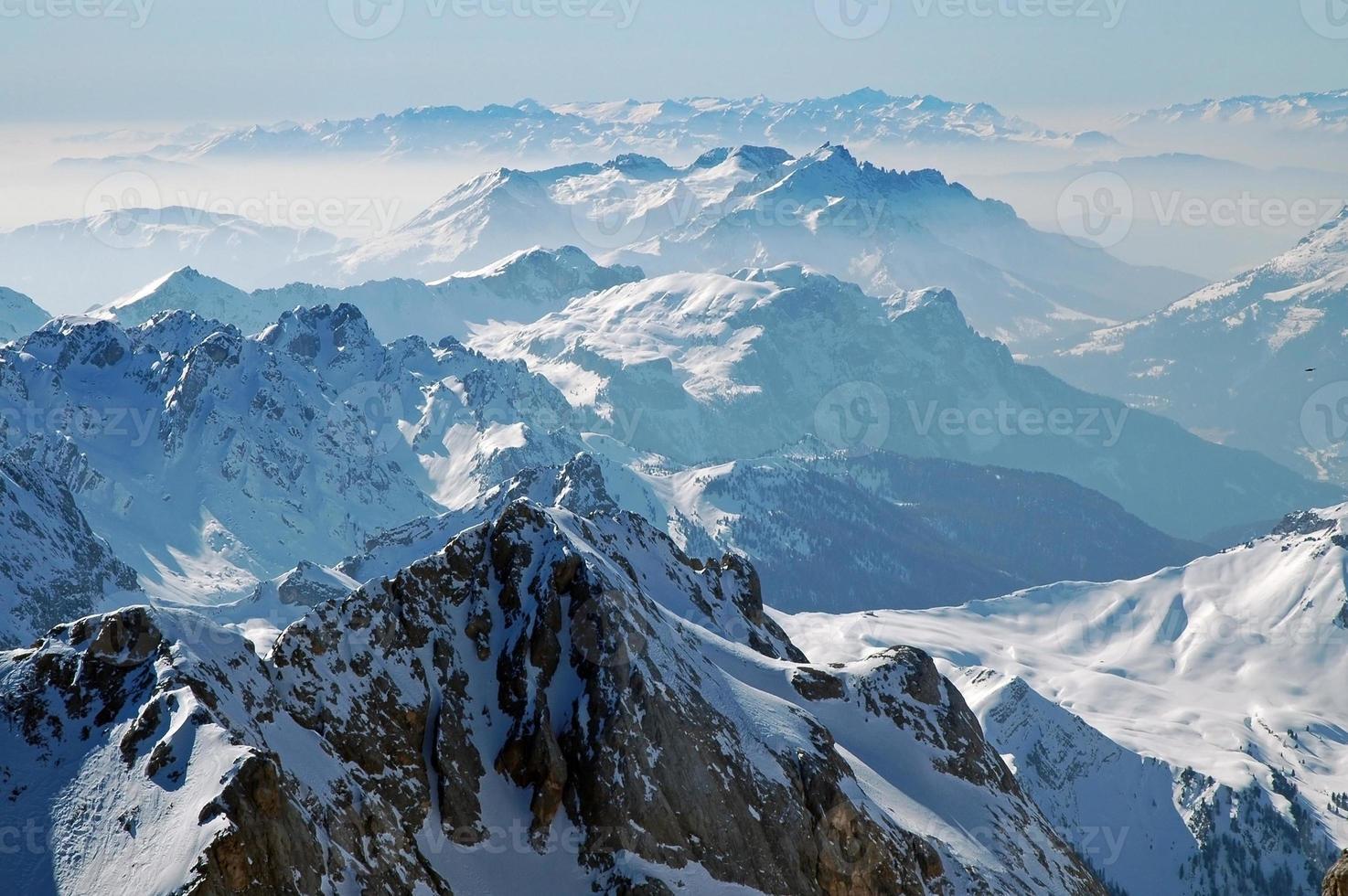 montanhas cobertas de neve nas dolomitas italianas foto