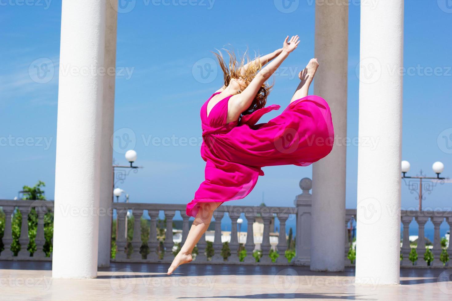 jovem garota bonita fazendo ginástica ao ar livre foto