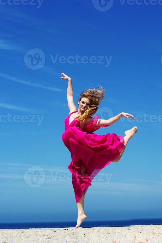 jovem garota bonita fazendo ginástica foto