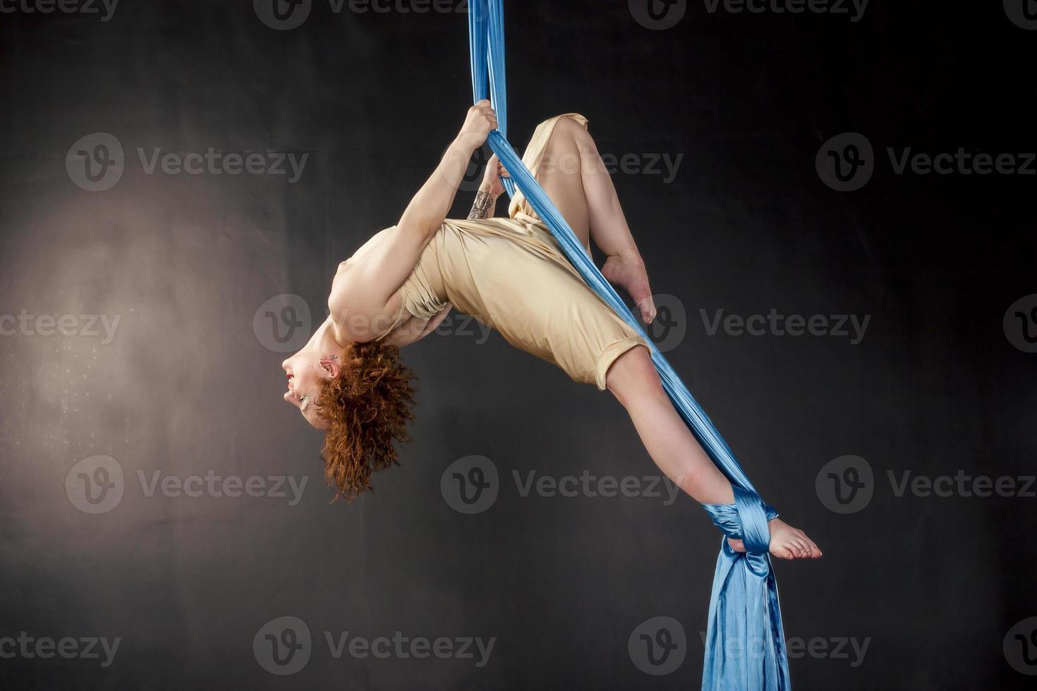 linda garota treinando em seda aérea foto