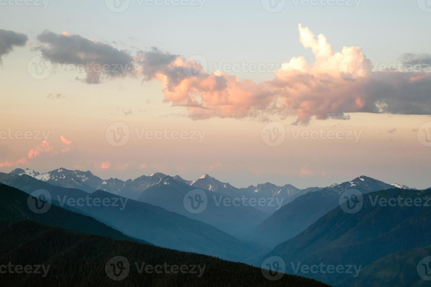 dramático céu cloudscape sobre montanhas olímpicas de cume de furacão foto