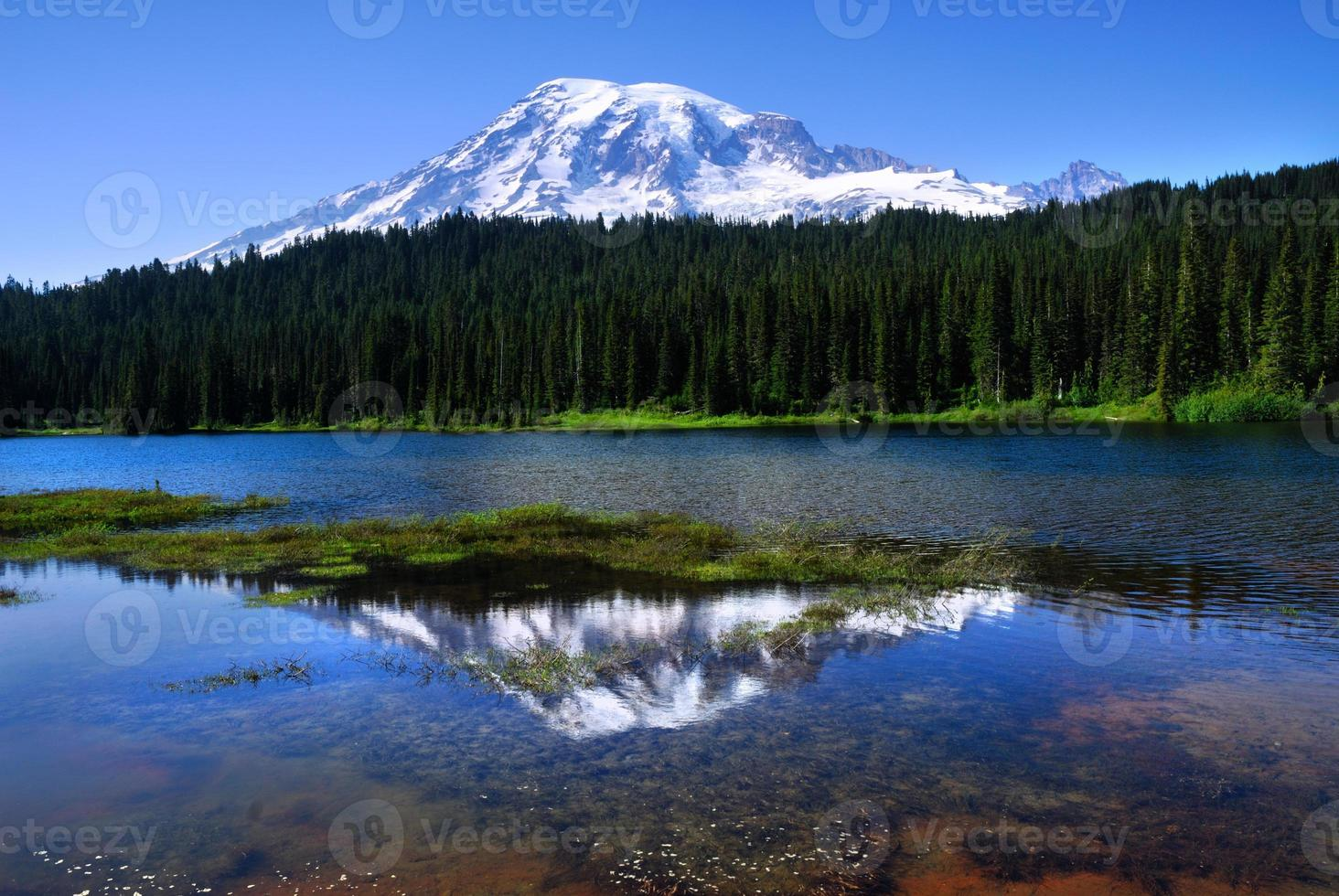 Monte chuvoso visto do lago de reflexão foto
