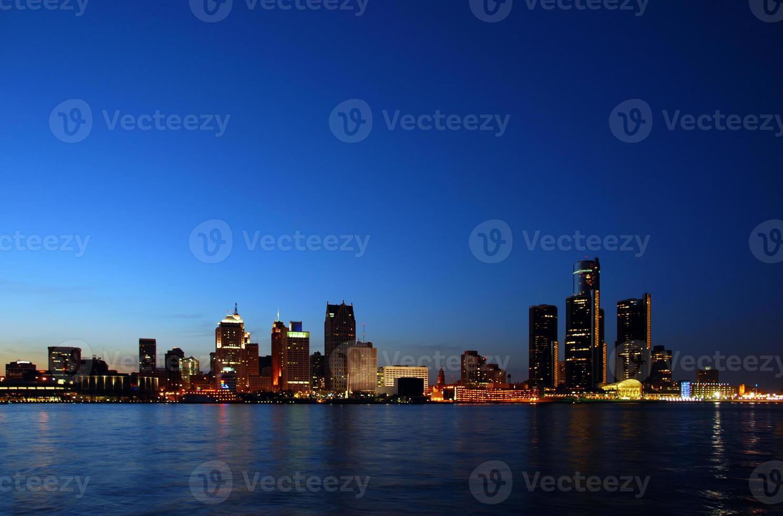 skyline de noite sob luz azul foto
