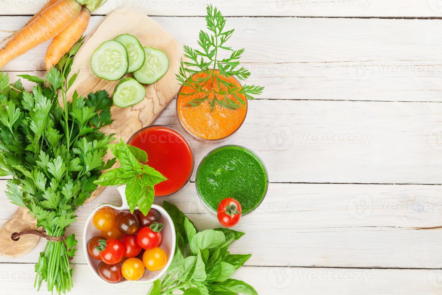 batido de vegetais frescos. tomate, pepino, cenoura foto