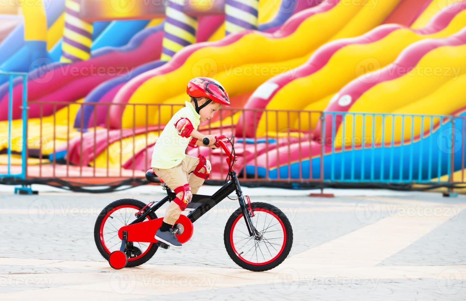 menino alegre na bicicleta foto