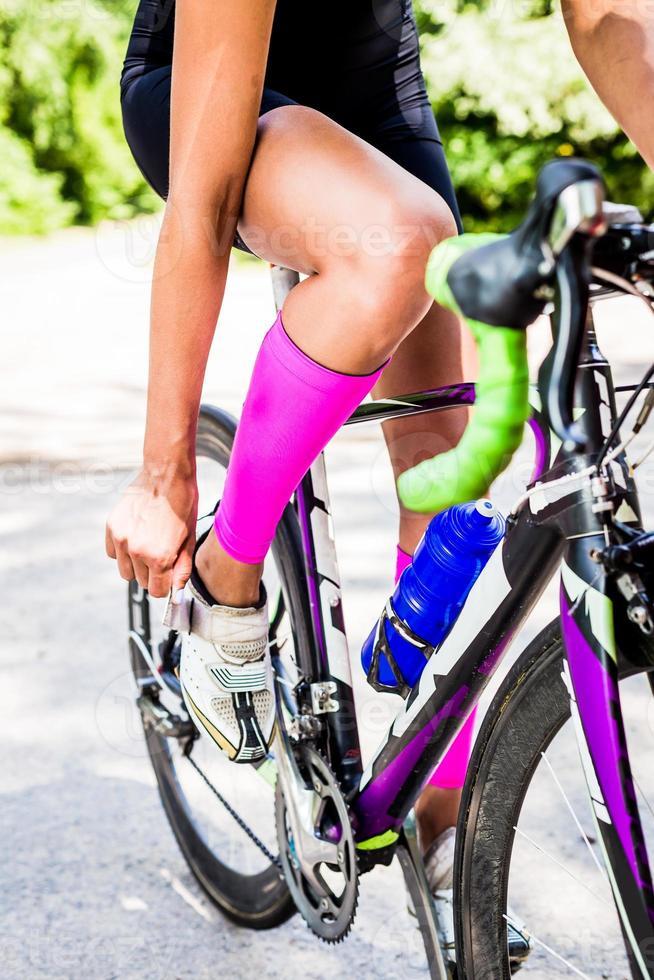botões de ciclista profissional sapatos de ciclismo no fecho foto