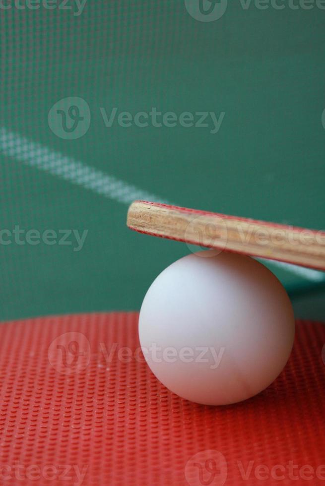 bola de pingue-pongue entre raquetes foto