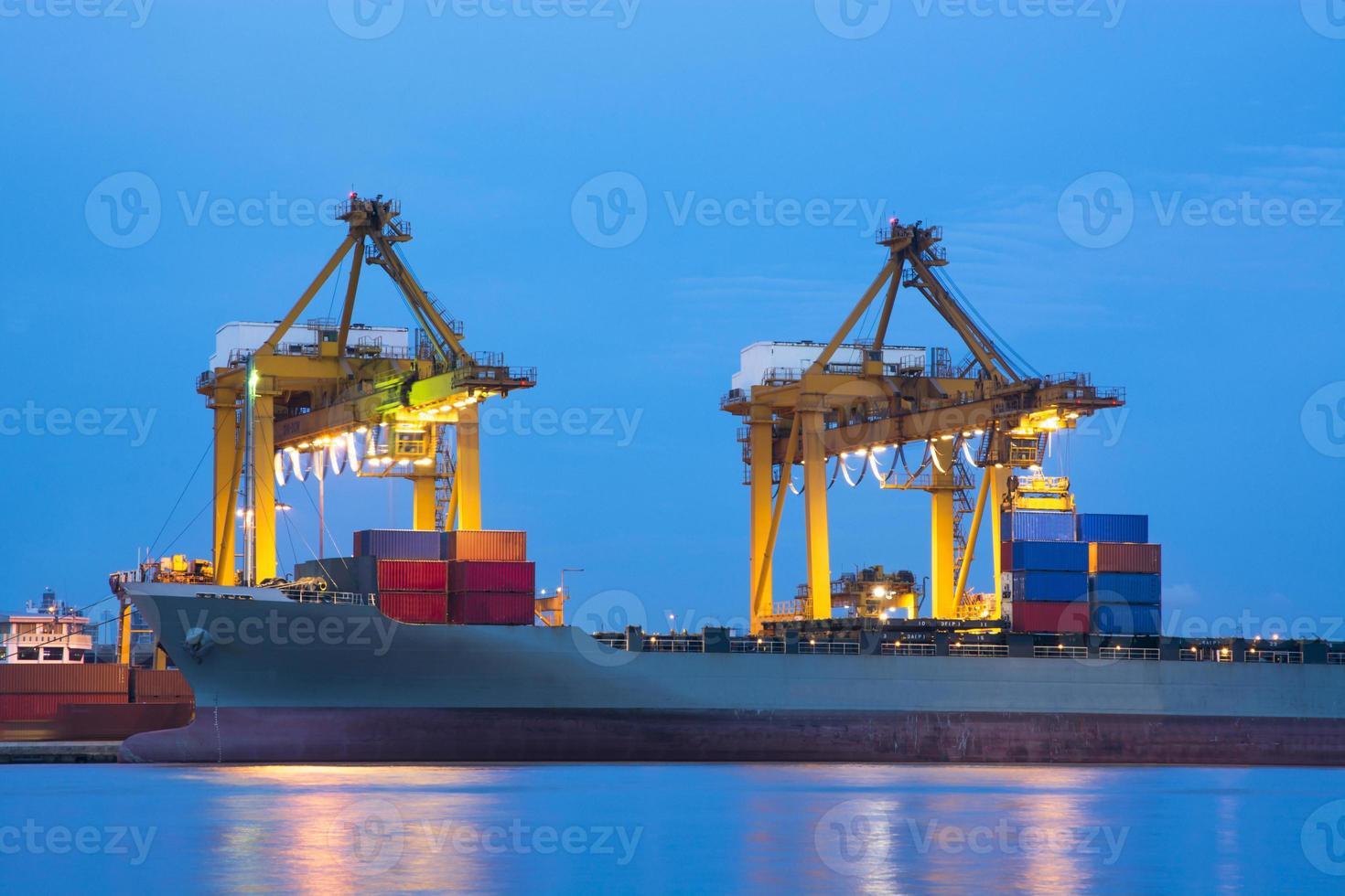 o navio de carga de carga e guindaste durante o trabalho foto
