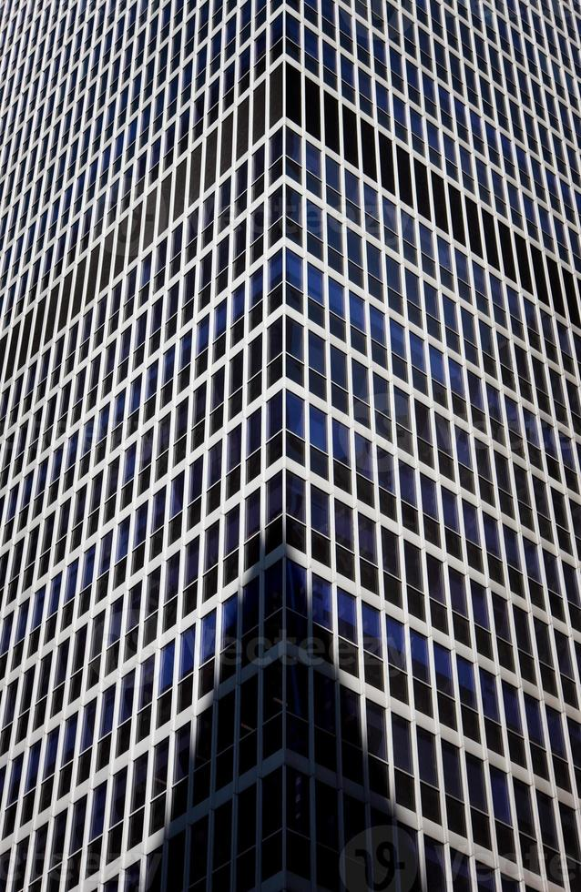 sombra na fachada de vidro de arranha-céus foto
