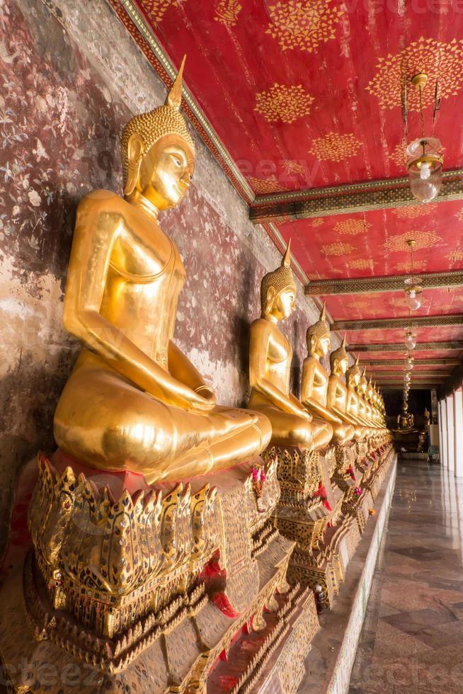 estátua de Buda no templo foto