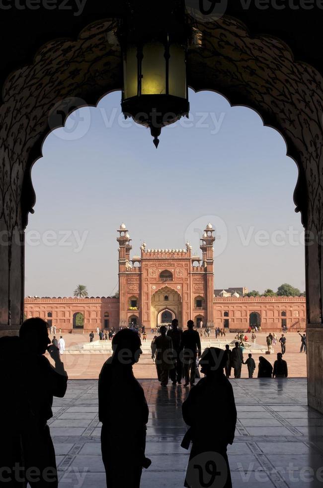 multidão na mesquita de lahore foto