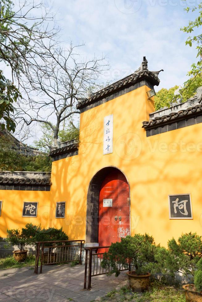 entrada principal do templo de jiming, nanjing, província de jiangsu, china. foto