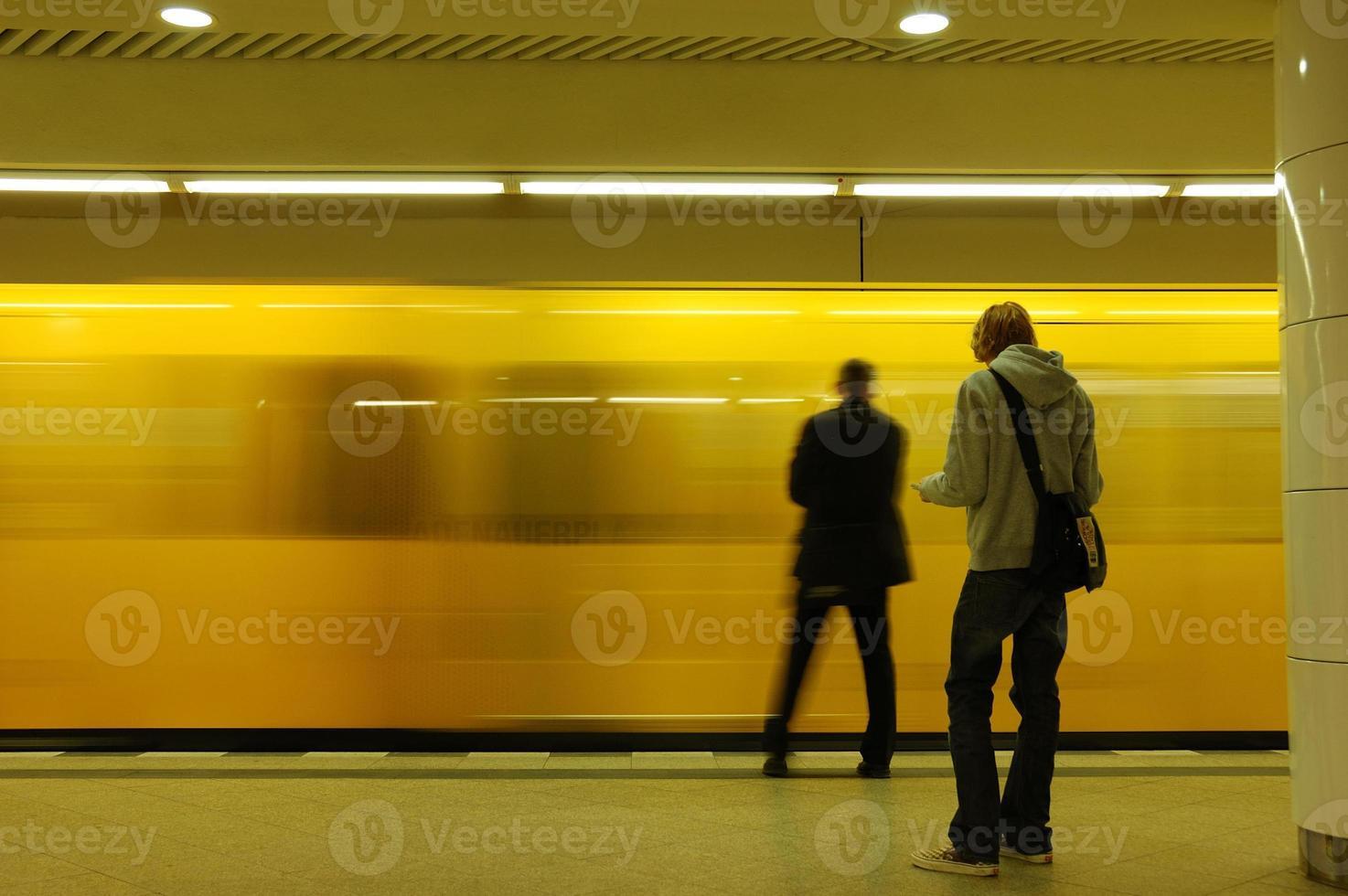 na estação de metrô foto