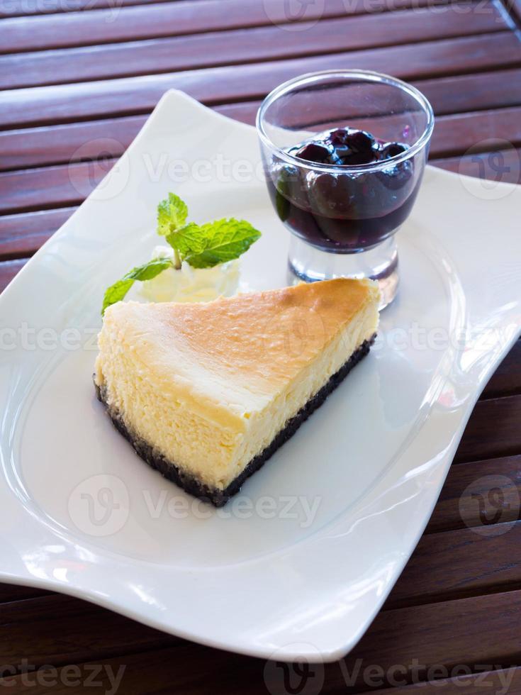 cheesecake fresco de nova york com geléia de mirtilo foto