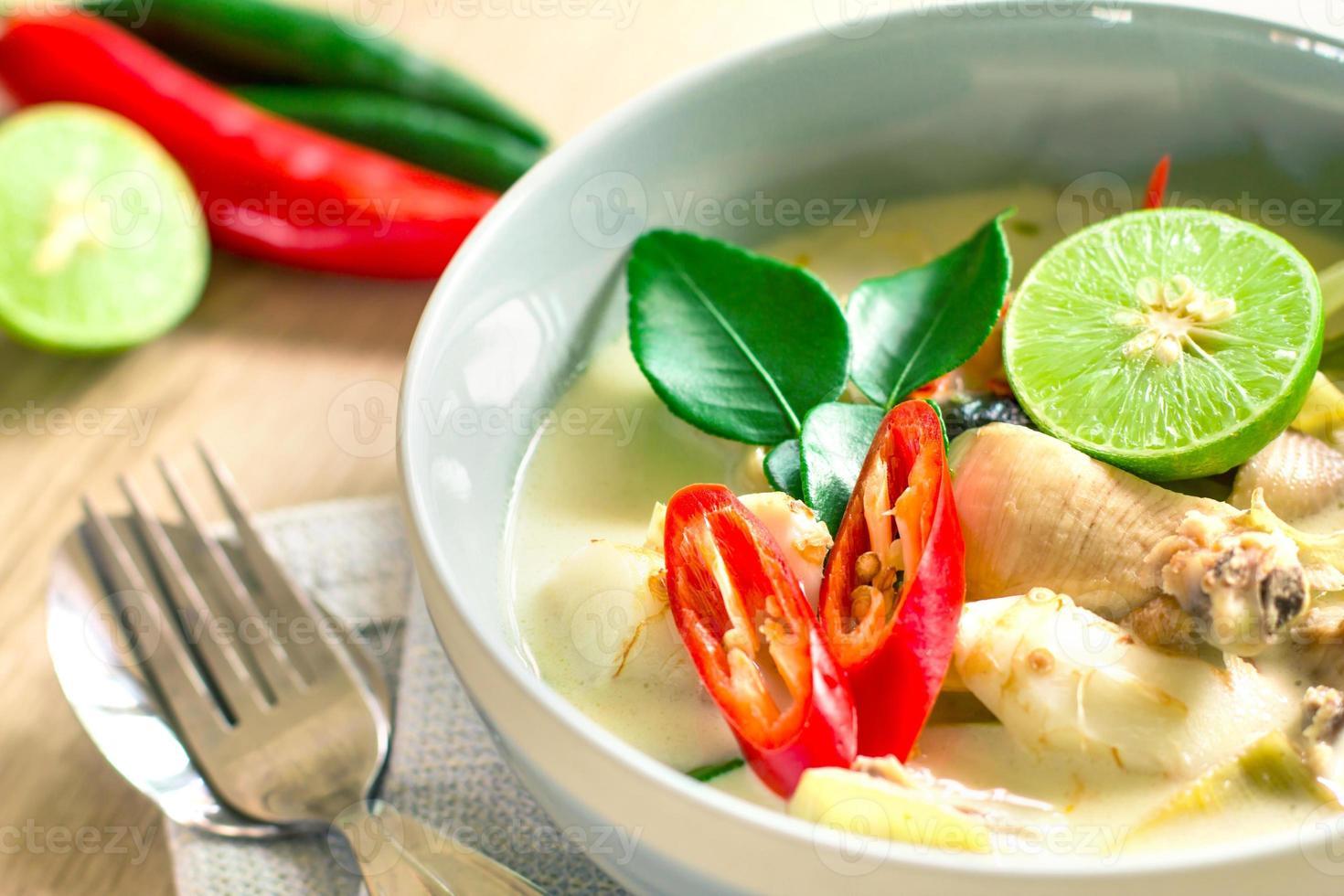 sopa cremosa de coco picante com frango, comida tailandesa foto