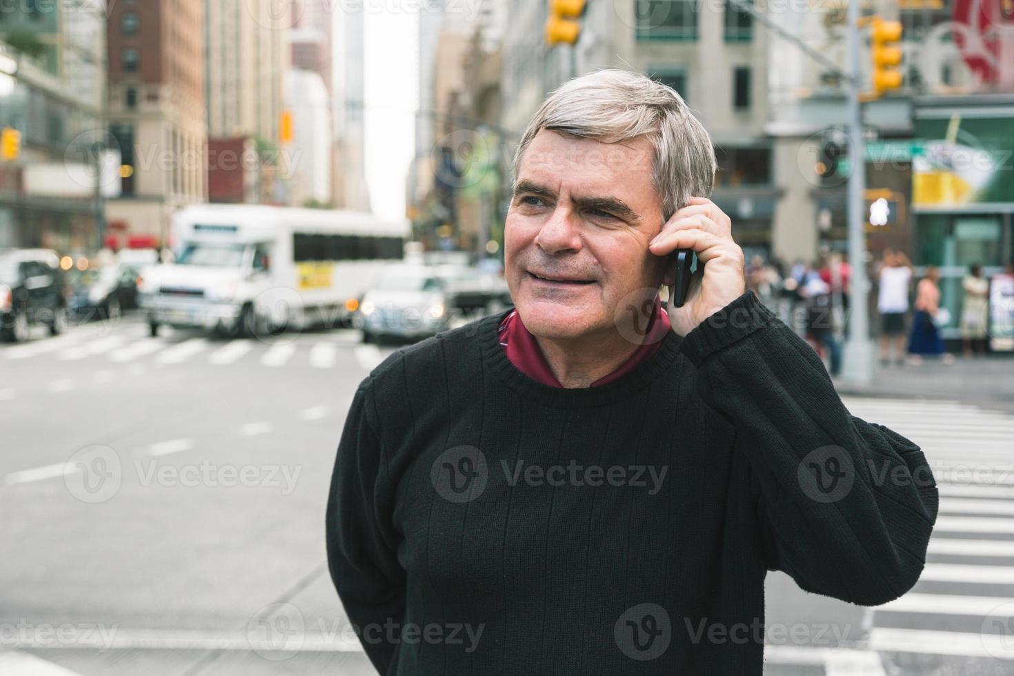 homem sênior falando no celular em Nova york foto