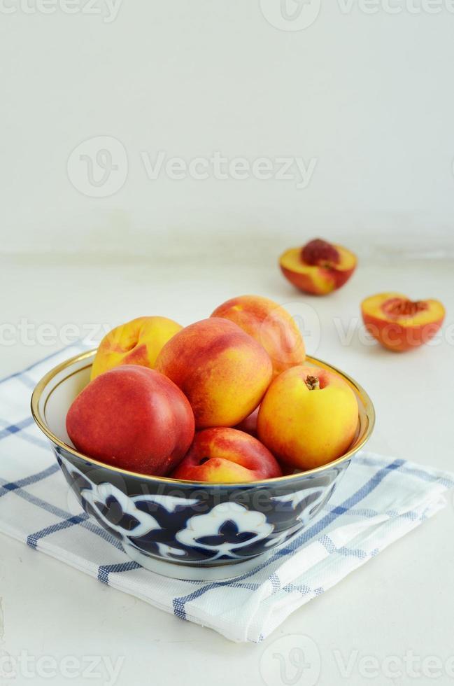 nectarinas maduras em tigela oriental foto