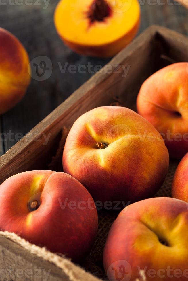 pêssegos amarelos orgânicos crus foto