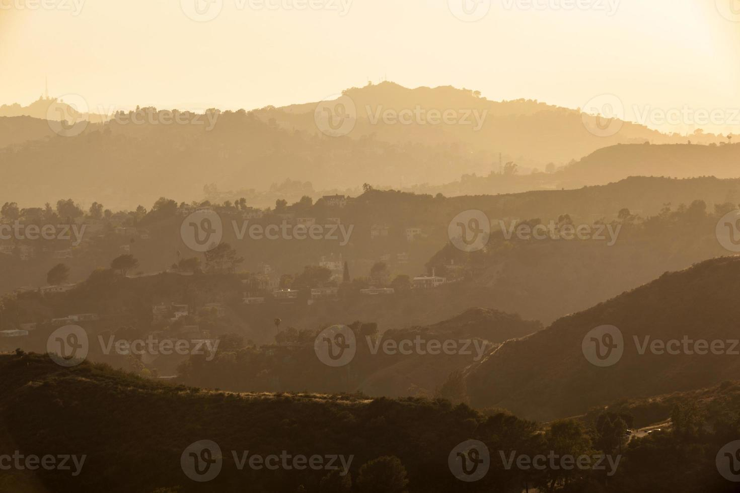 pôr do sol na floresta de hollywood, los angeles foto
